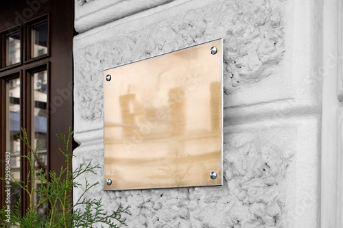 Fotomural  Blank gold glass signboard on textured wall mock up