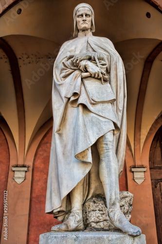 alte statue des dante alighieri vor der loggia amulea in padua, italien