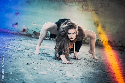 Photographie Girl dressed as witch, crazy look, posing as spider