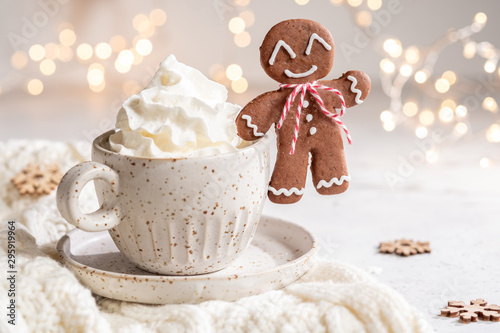 Foto auf Leinwand Schokolade Gingerbread cookie man with a hot chocolate for Christmas holiday