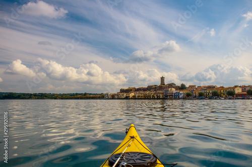 Cuadros en Lienzo Escursione in kayak sul lago di Bolsena - Marta