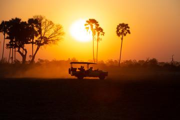 Silueta džipa Safari u zalasku sunca