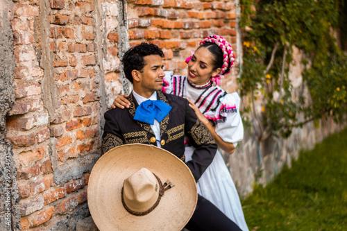 Cuadros en Lienzo  Pareja charro adelita amor jóvenes mexicano cultura traje típico sombrero exteri