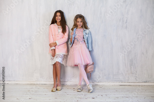Fényképezés  fashionable girls school girlfriends in white pink dresses