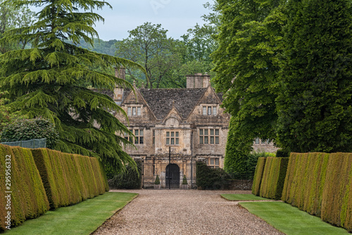Fotografía UPPER SLAUGHTER, ENGLAND - MAY, 27 2018: The Upper Slaughter Manor House is a pi