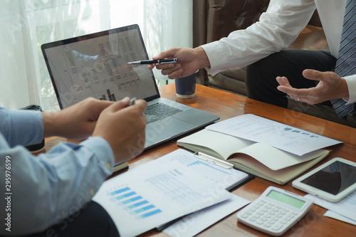 Pinturas sobre lienzo  Financial accountants plan business meeting reports