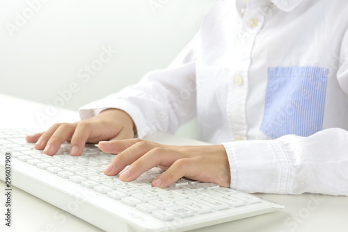 Obraz na plátně  パソコンを使う子どもの手