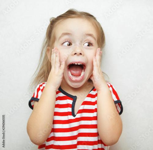 Funny little girl taken aback by great surprise Fototapet