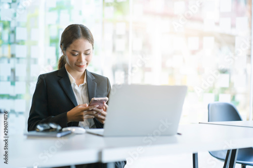 Fotomural  Business woman working with her mobile phone in the working space