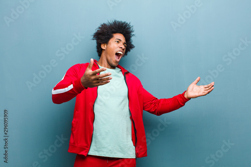 Fotografia young black sports man performing opera or singing at a concert or show, feeling