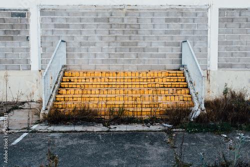 des escaliers dans un mur absurde une faillite Canvas Print