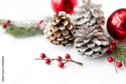 Fotografía  winter holidays, new year and decorations concept - red christmas balls and fir