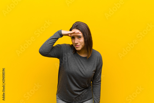 Photo latin american woman looking bewildered and astonished, with hand over forehead
