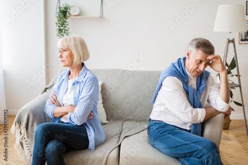 Fotomural  Senior couple after argument sitting on opposite sides of sofa