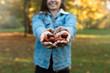 Dziewczyna trzyma kasztany.