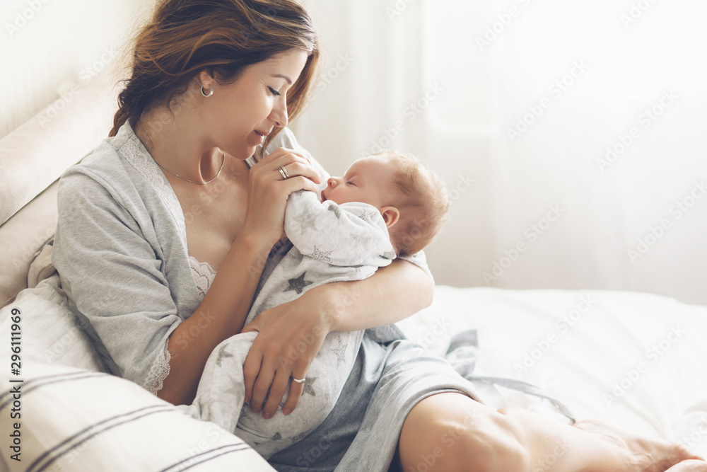 Fototapety, obrazy: Loving mom carying of her newborn baby at home