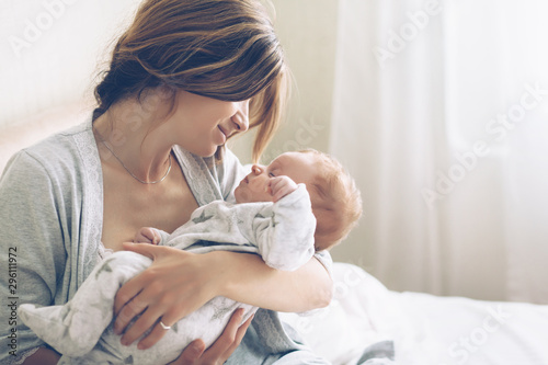 Fotomural  Loving mom carying of her newborn baby at home