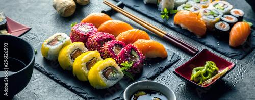 Photo Sushi Set Sashimi und Sushirollen auf Steinschiefer serviert