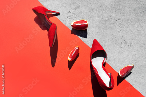 Photo Red high heel shoes with grapefruit.