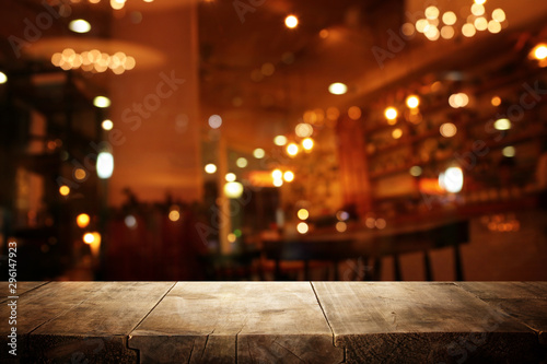 Cadres-photo bureau Jardin background Image of wooden table in front of abstract blurred restaurant lights