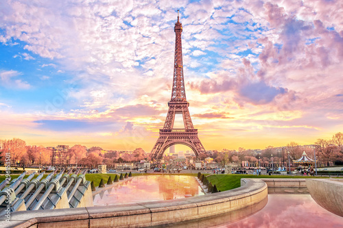 Obraz Eiffel Tower at sunset in Paris, France. Romantic travel background - fototapety do salonu