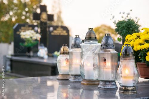 Fototapeta Cmentarz. Zapalone znicze na grobie. obraz