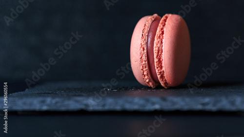 Montage in der Fensternische Macarons macaron on slate plate on a black background