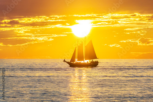 Tuinposter Zee zonsondergang sailing boat at sunset