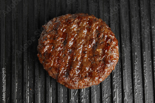 Fotografía  Prepared meat cutlet for burger on grill, closeup