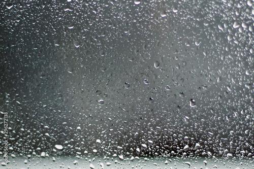 Montage in der Fensternische Wasserfalle Raindrops on the glass