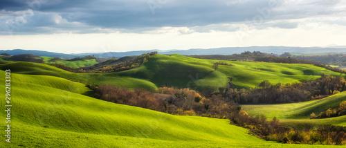 wiosenne-pola-w-toskanii-niesamowity-krajobraz-toskanii-z-zielonymi-wzgorzami-w-sloneczny-wiosenny-poranek