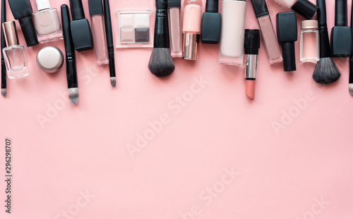 Fotografía  Beauty make up cosmetic women products accessories in line row on pink flat lay