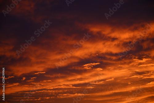 Montage in der Fensternische Rot kubanischen Dramatic sky. Sunset. Nature background.