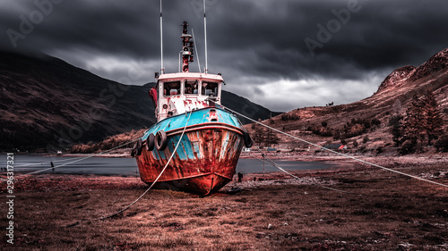 Foto op Canvas Schipbreuk Shipwreck on beautiful grounds with a lake and mountains in the background in the Isle of Skye, Scotland.