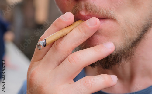 Photo White man smokes a cigarilla