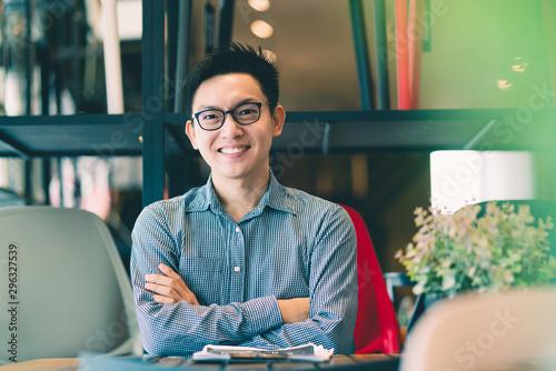 Carta da parati  asian businessman startup company   entrepreneur  sit smile with happiness in ne