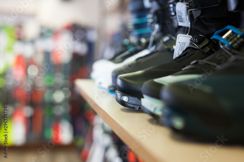 Fotomural  Diversity of ski boots for sale in modern store