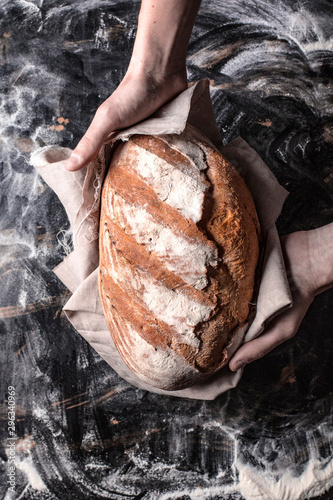 Wypiekanie chleba przez piekarza