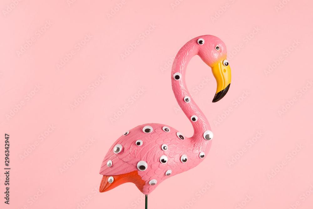 dziwaczny różowy plastikowy flaming
