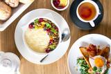Śniadanie w restauracji. Jajka, owsianka i wytrawny mix.