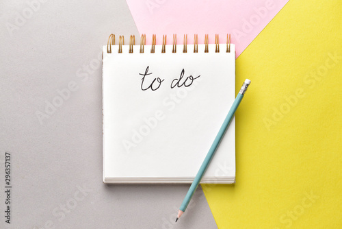Photo Empty to do list and pencil on color background