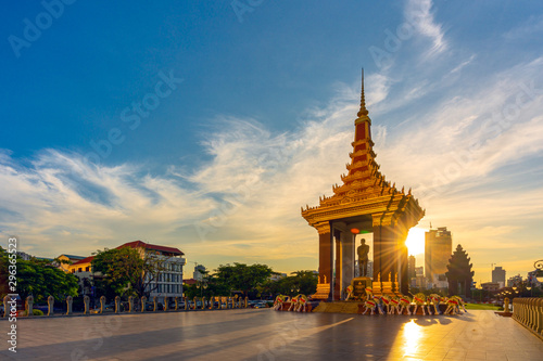 A Statue of King Father Norodom Sihanouk with blue and yellow sky in evening sunset background at central Phnom Penh, Capital of Cambodia Fototapete