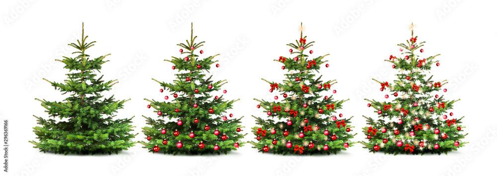 Fototapeta Geschmückter Weihnachtsbaum mit bunten Weihnachtskugeln isoliert auf weißem Hintergrund