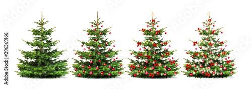 Geschmückter Weihnachtsbaum mit bunten Weihnachtskugeln isoliert auf weißem Hintergrund