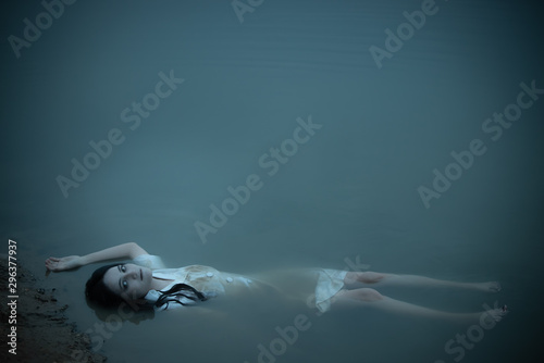 Fotografía  Portrait of asian woman make up ghost face at the swamp,Horror scene,Scary backg