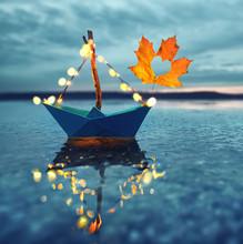Magisches Papierboot Im Herbst