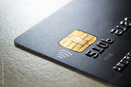 Fotomural  Black credit card with chip and contactless pay technology close-up