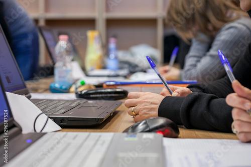 Pinturas sobre lienzo  business, ufficio, computer, portatile, appunti, riunione, affari
