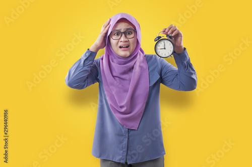 Muslim Businesswoman Late and Worried Looking at Clock Tablou Canvas