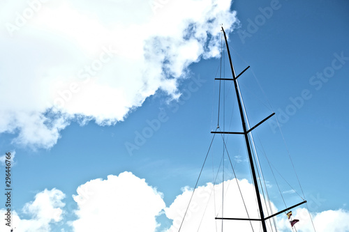 Fotografía Black carbon mast or a racing sailboat with a Spanish visitor flag under spreader